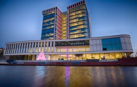 stadhuis van Almelo 's avonds met roze verlichte letter A